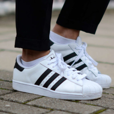 Adidas Superstar รองเท้าสนีกเกอร์ที่ครองใจใครหลายคนมายาวนาน!